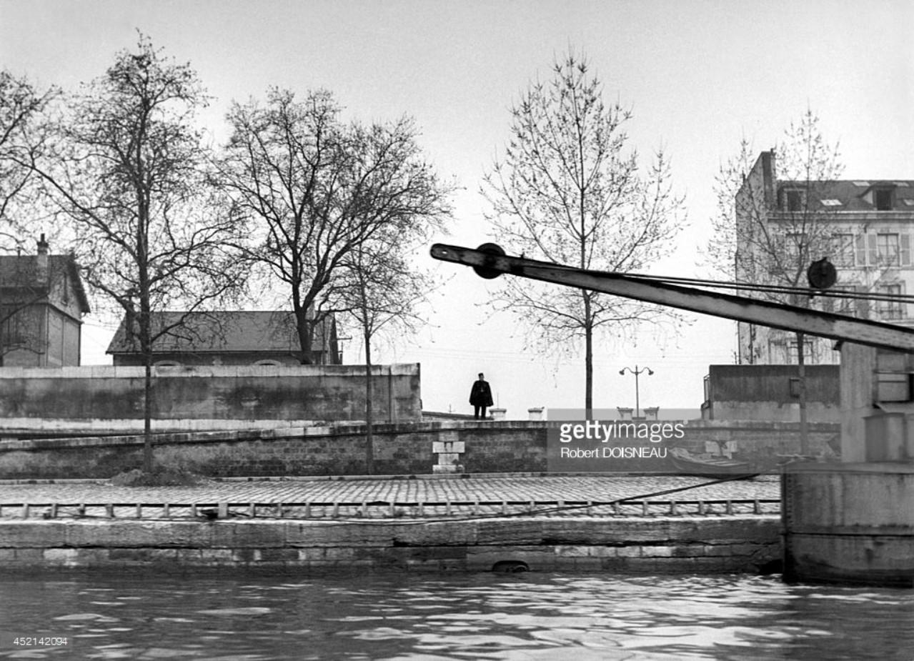 1952. Полицейский в мундире на берегу реки