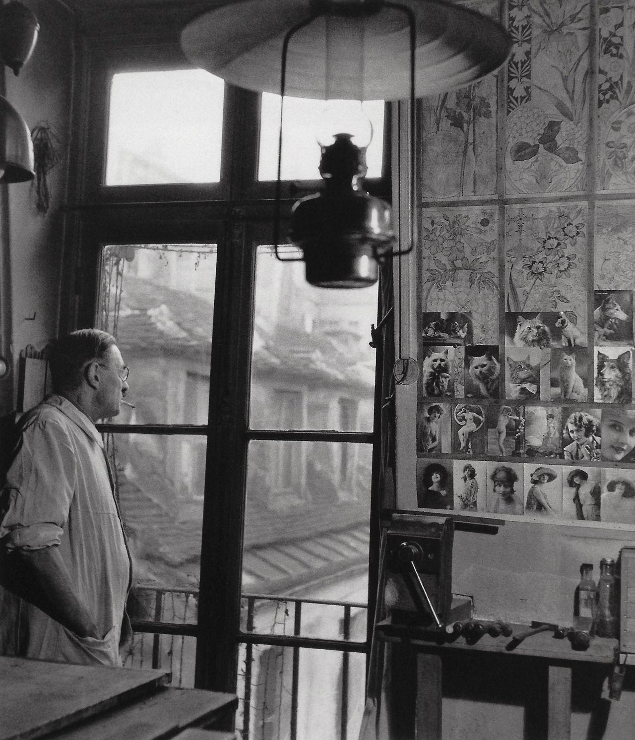 1954. Мужчина смотрит в окно