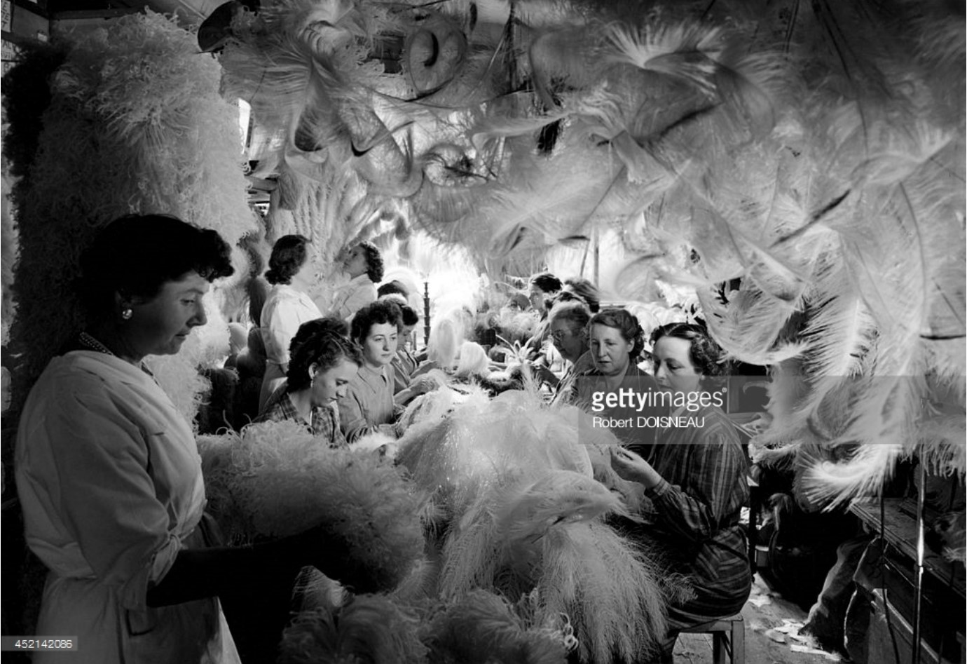 1954. Плюмажницы в их мастерской