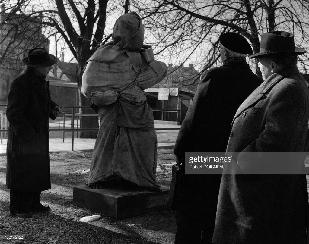 1955. Мужчины разглядывают статую