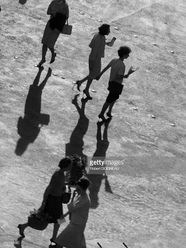 1964. Женщины, пересекающие улицу в Ле-Аль