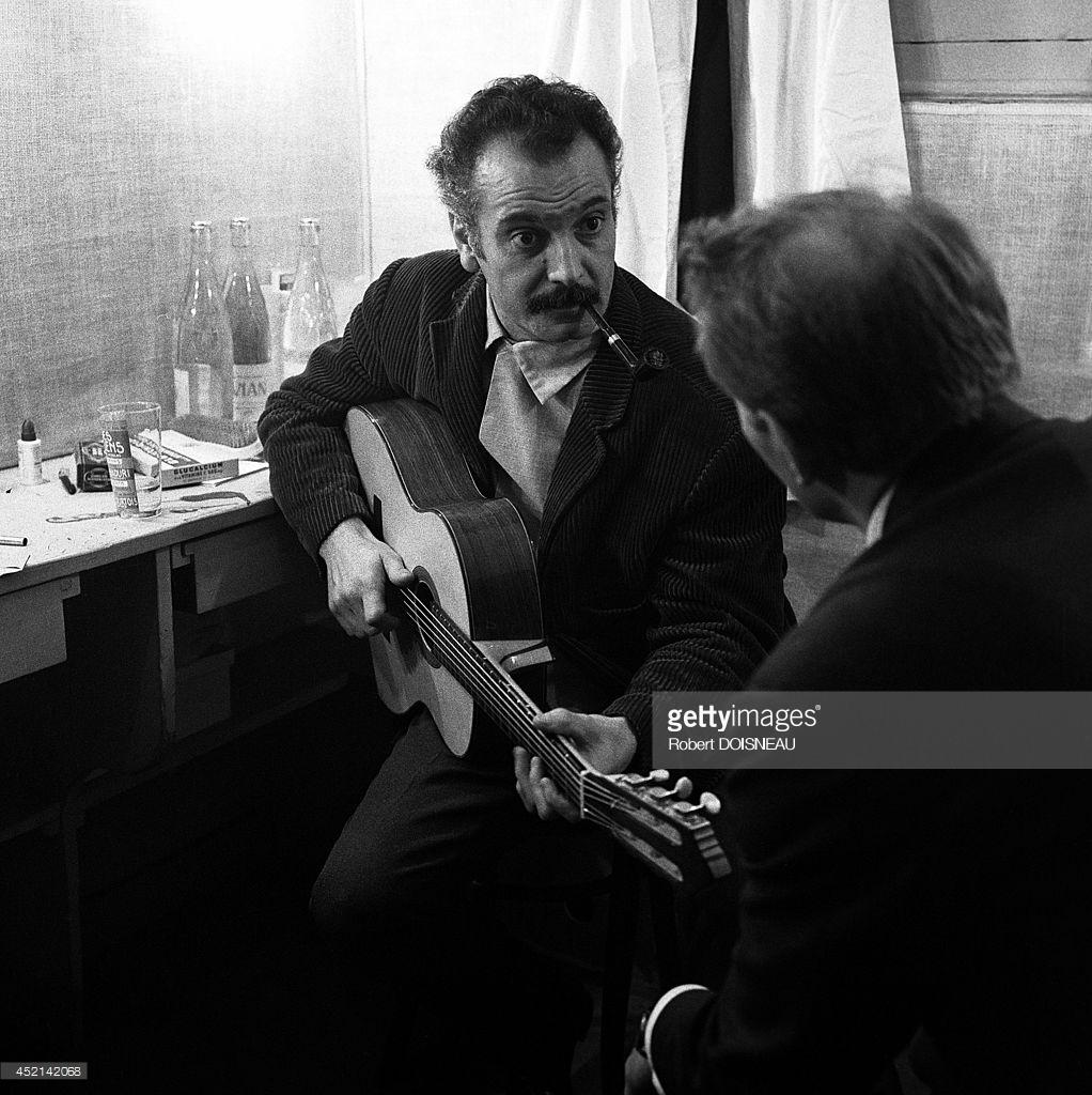 Жорж Брассенс в своей раздевалке в музыкальном зале Олимпии, Париж.