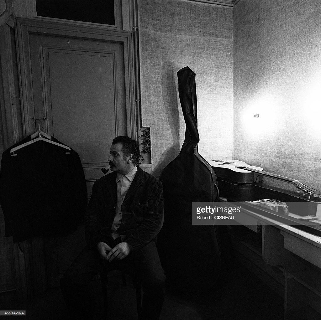 Жорж Брассенс в своей раздевалке в музыкальном зале Олимпии, Париж