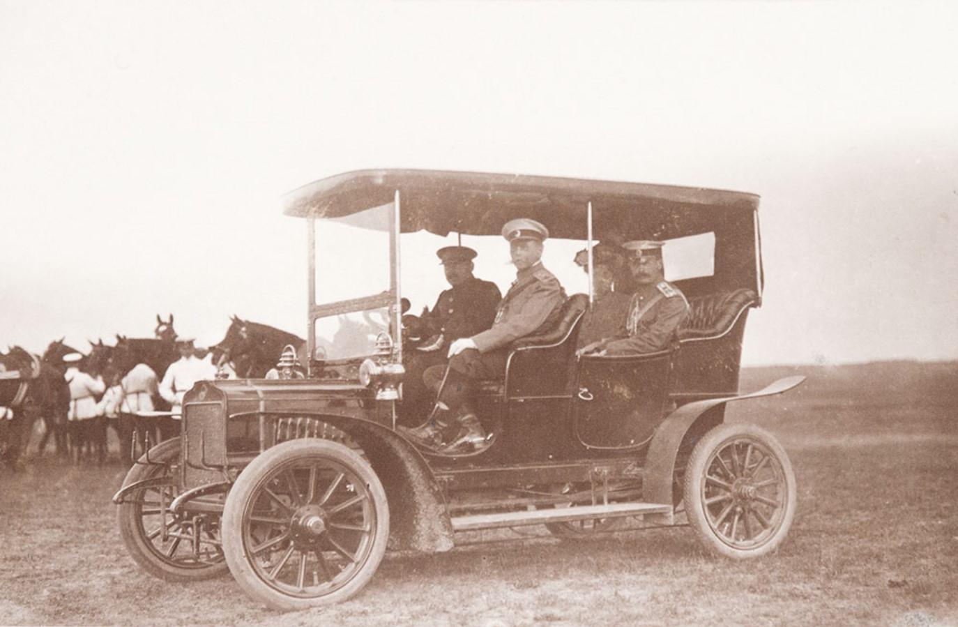 1906. Барон В.Б. Фредерикс и сопровождающие его лица в автомобиле марки Mersedes Simples