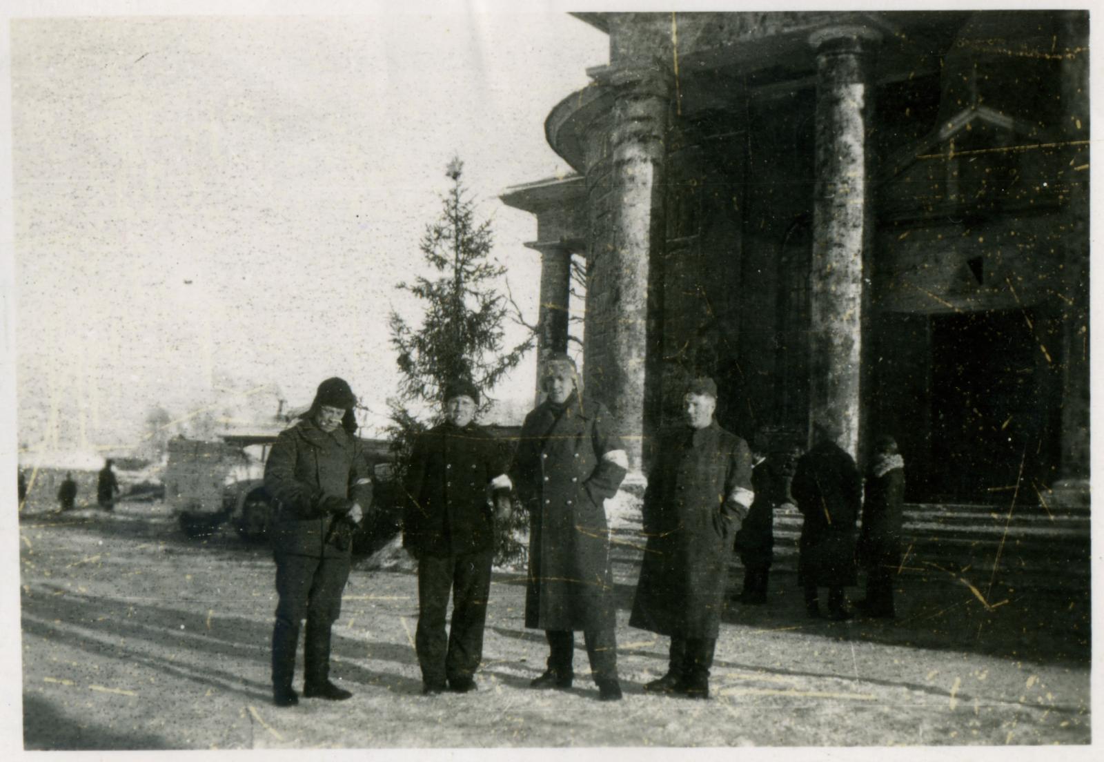 Группа русских коллаборационистов с повязками у собора в г. Спас-Де́менск Смоленской области. 1942