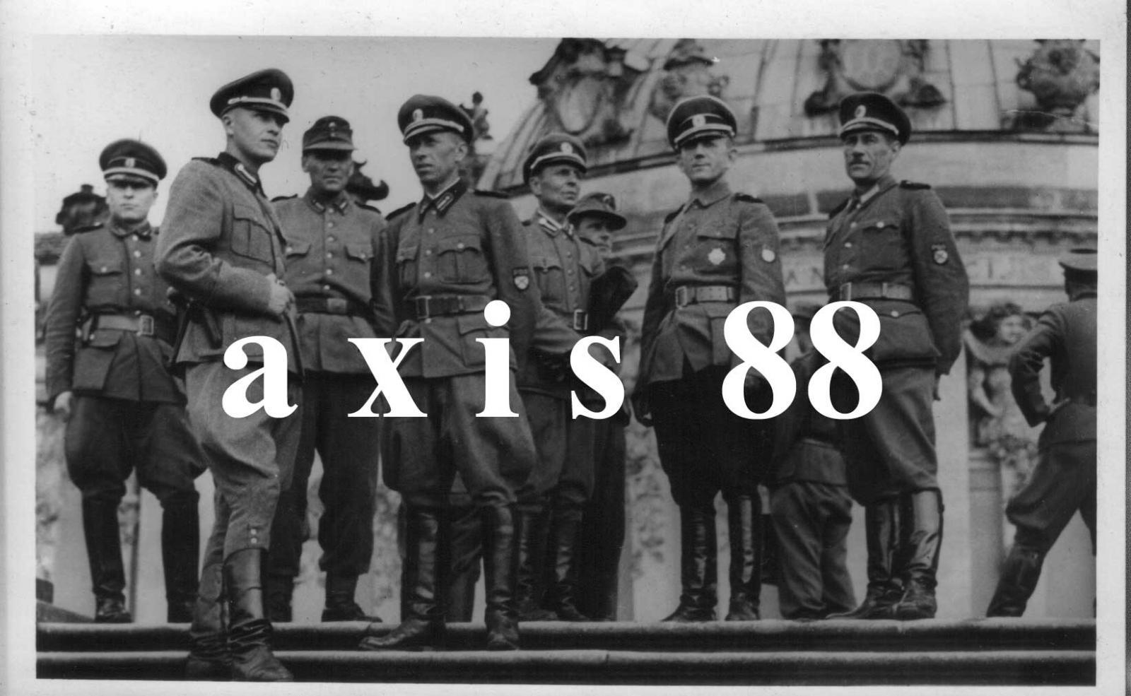Офицеры РОА на экскурсии в Сан-Суси