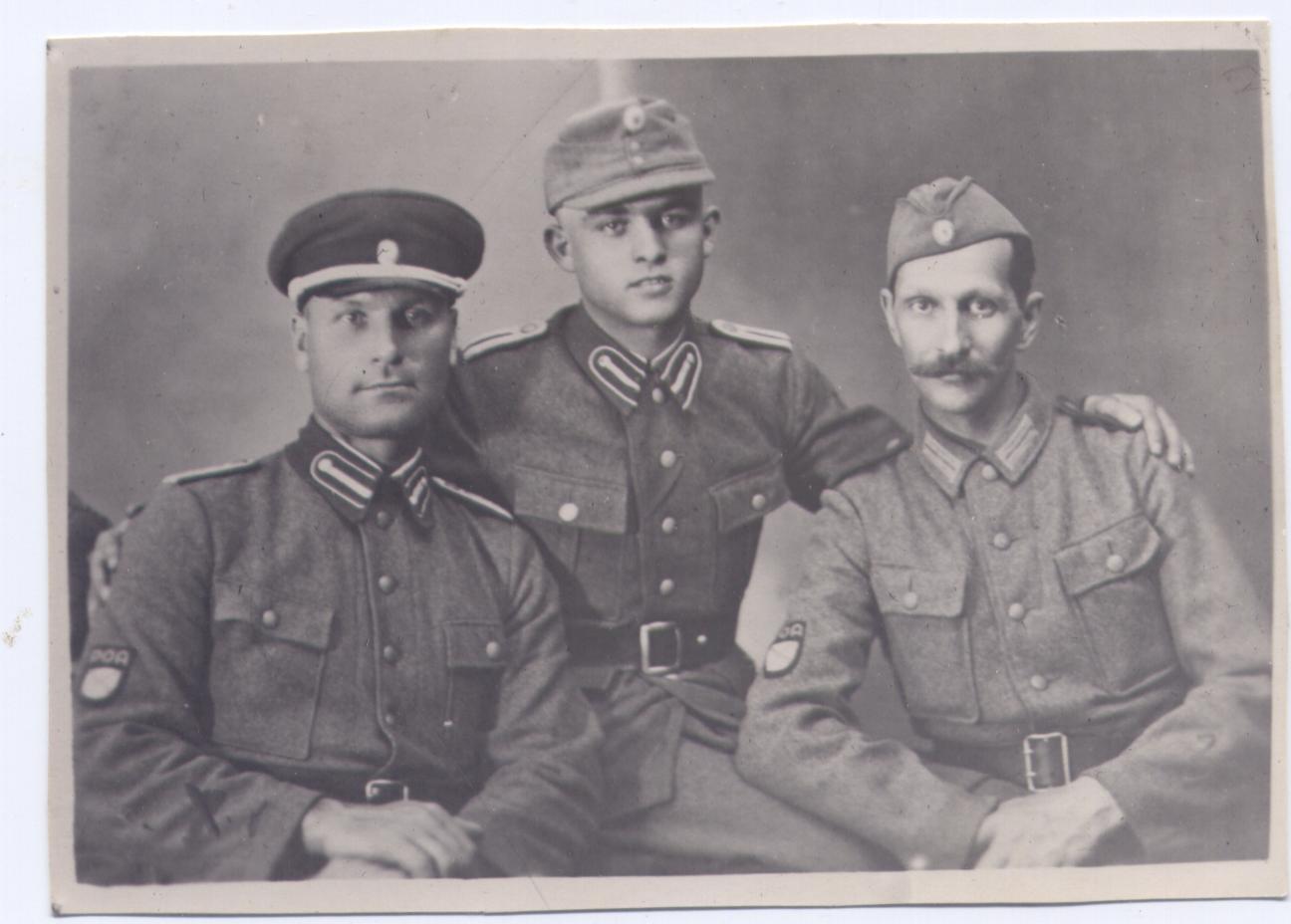 Студийный портрет трех бойцов РОА