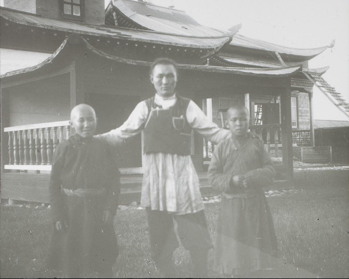Забайкальская область. Кыренский дацан («Дэчин Даржалинг»). Лама с учениками
