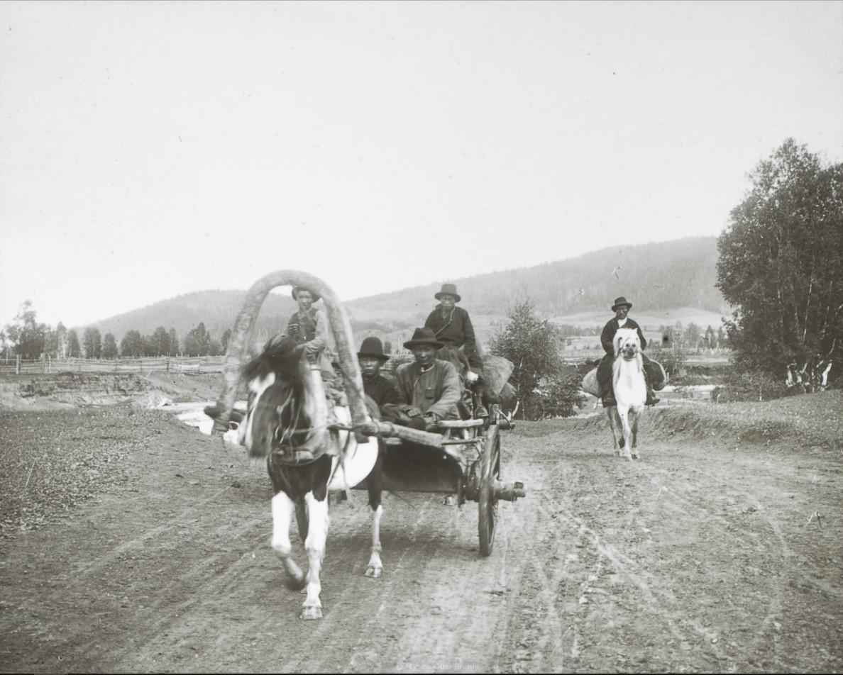 Забайкальская область. Село Тунка. Буряты на степной дороге