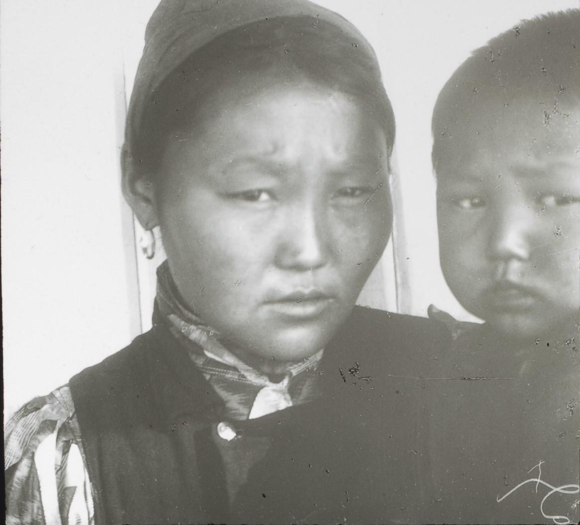 Якутская область. Якутка из Олекминского района и ее ребенок