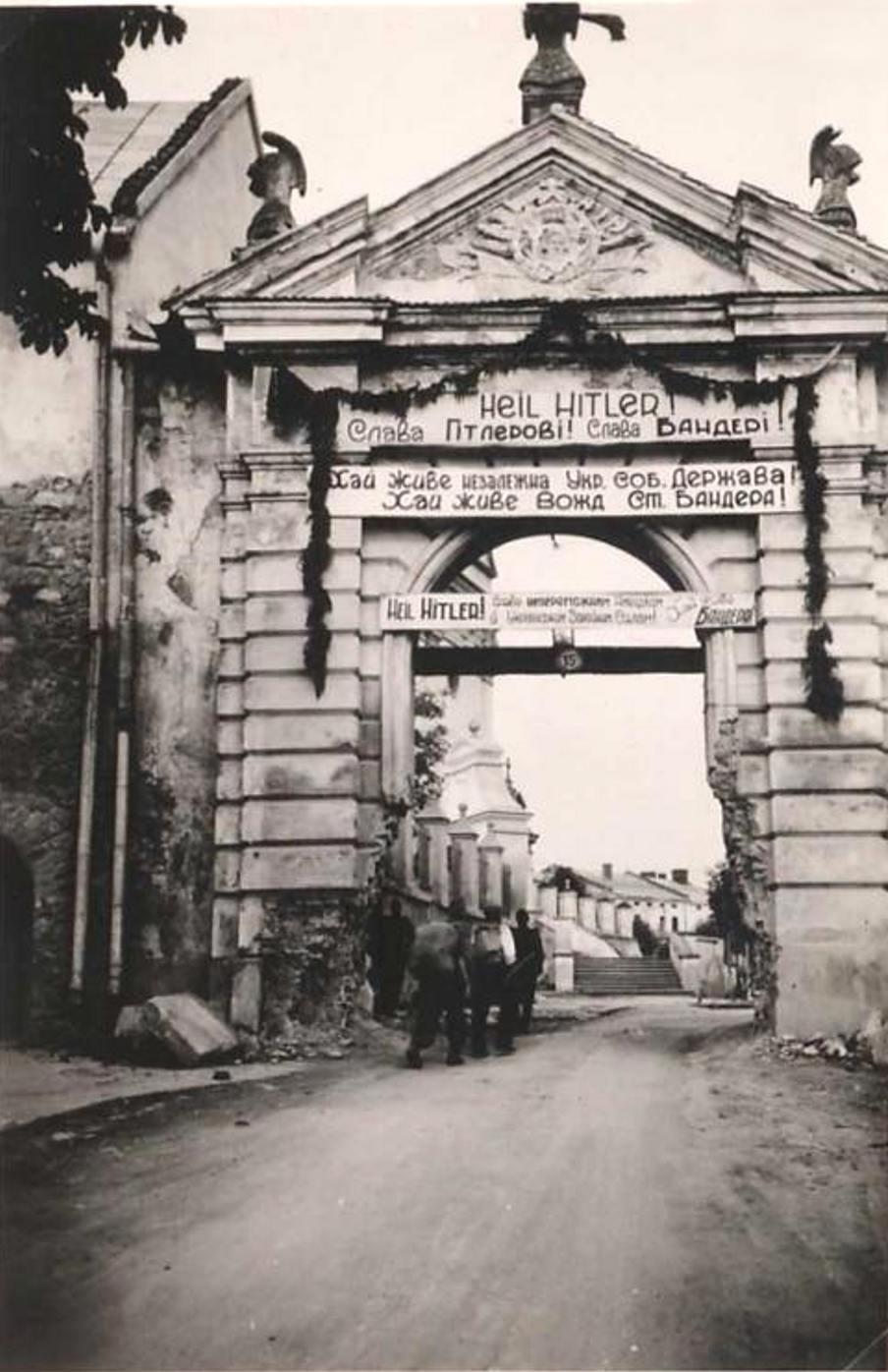 Типовое приветствие ОУН(б) июль — начало сентября 1941 года на Глинских воротах замка в г.Жолква Львовской обл.