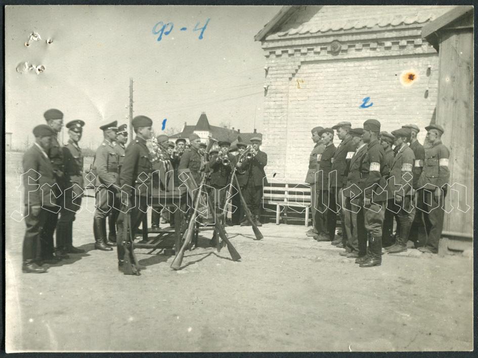 Группа полицейских, принимающих присягу