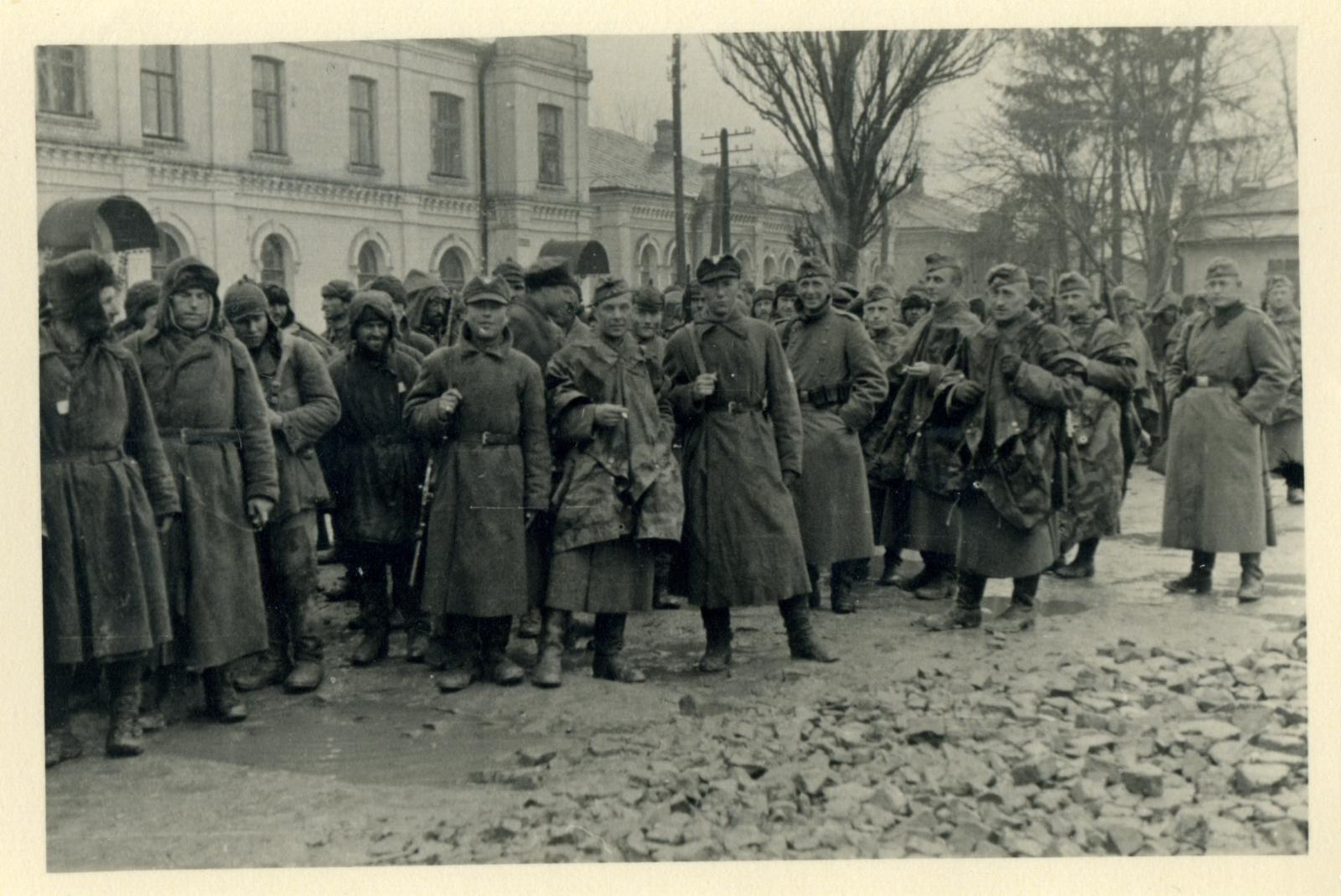 Перемышль. Украинские охранники, немцы и советские пленные в лагерь  для военнопленных № 315(Stalag 315).