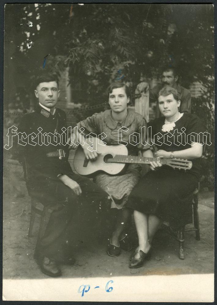 Полицейский Городецкий  с сестрой и матерью