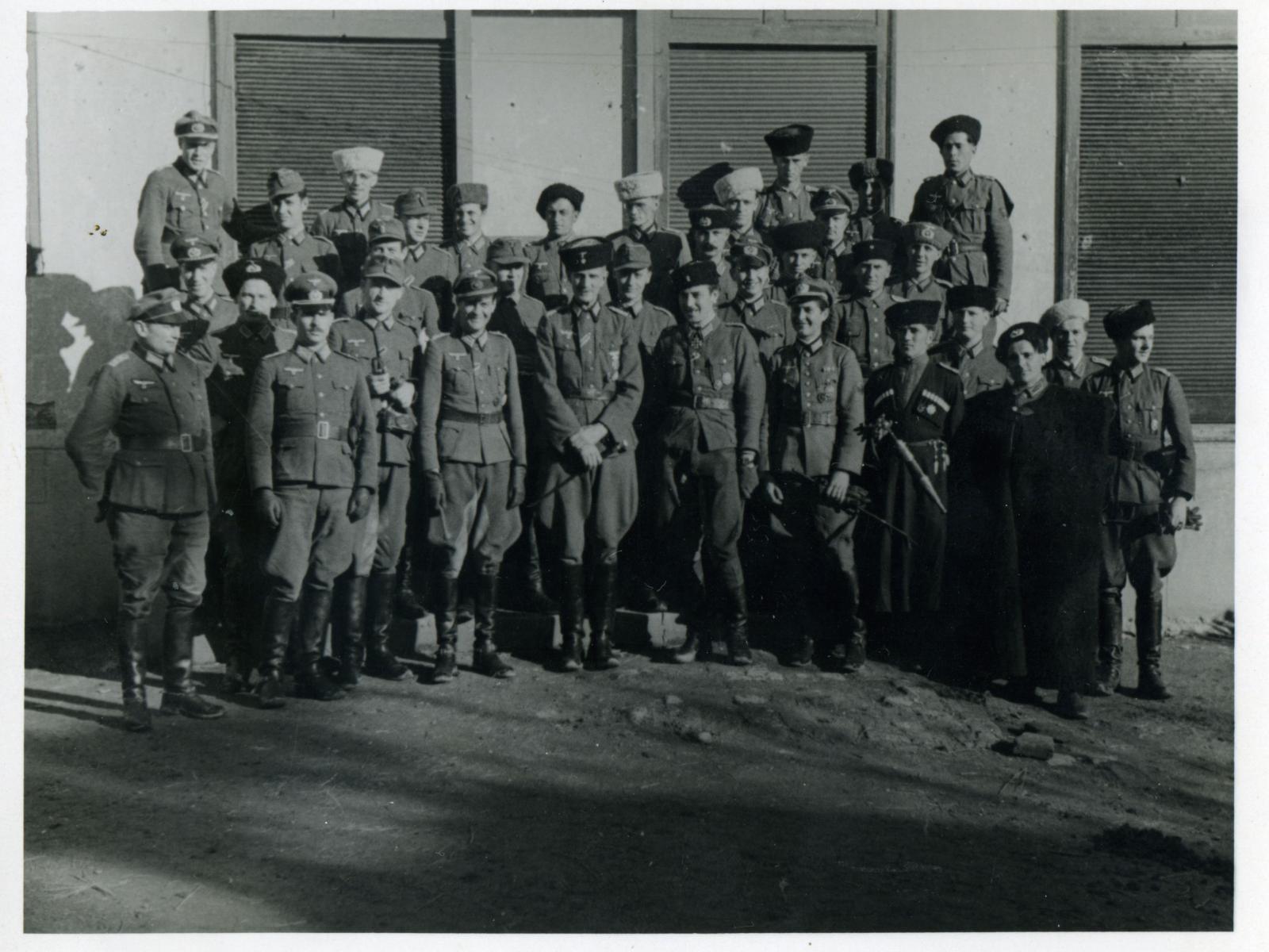Офицеры 1-й казачьей дивизии. Хорватия, п. Лекеник. 1943