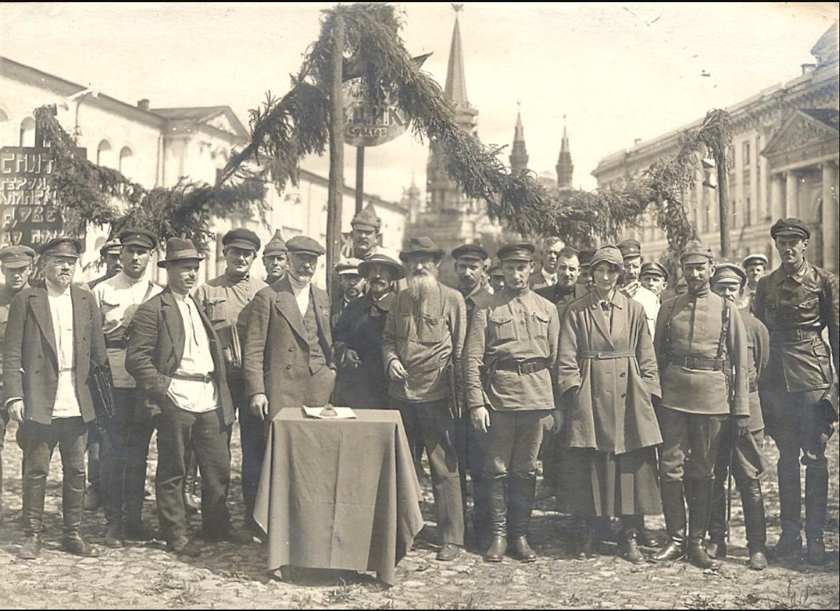 1921. Руководство ВЦИК на открытии памятника в Кремле