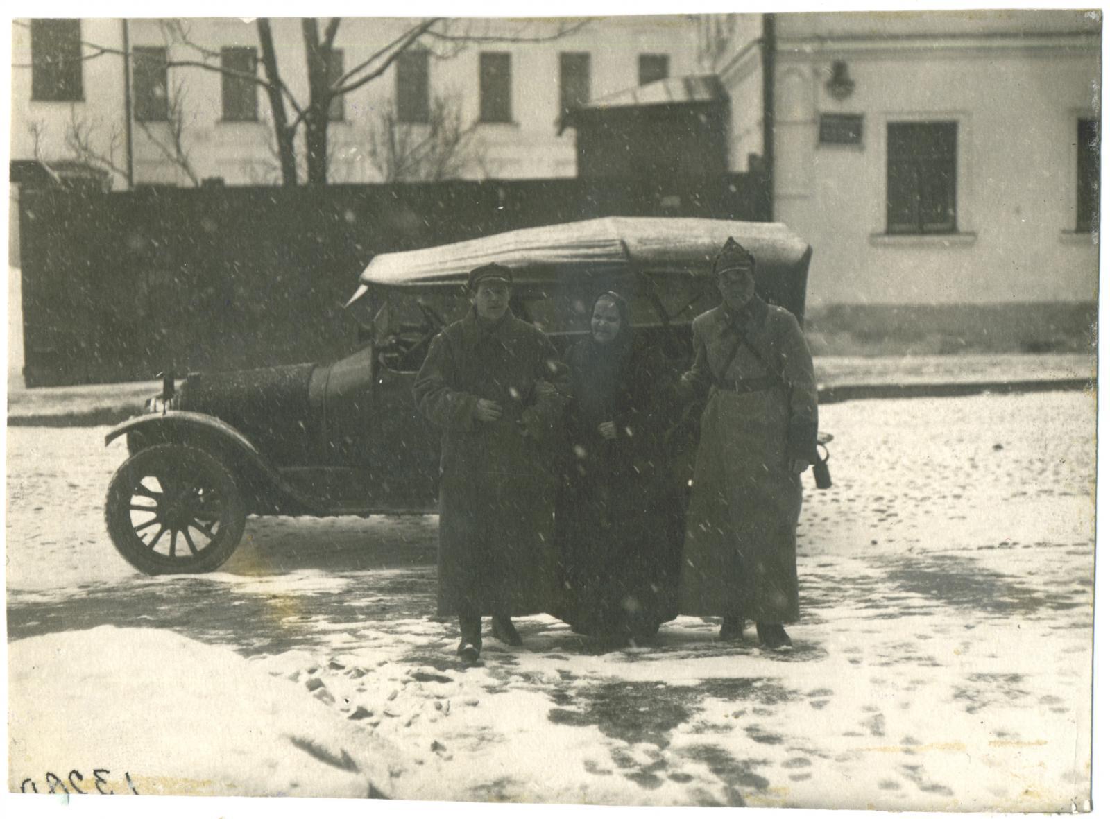 1924-1926. Анна Егоровна Серебрякова, секретная сотрудница Московского охранного отделения, этапируется под конвоем. Москва