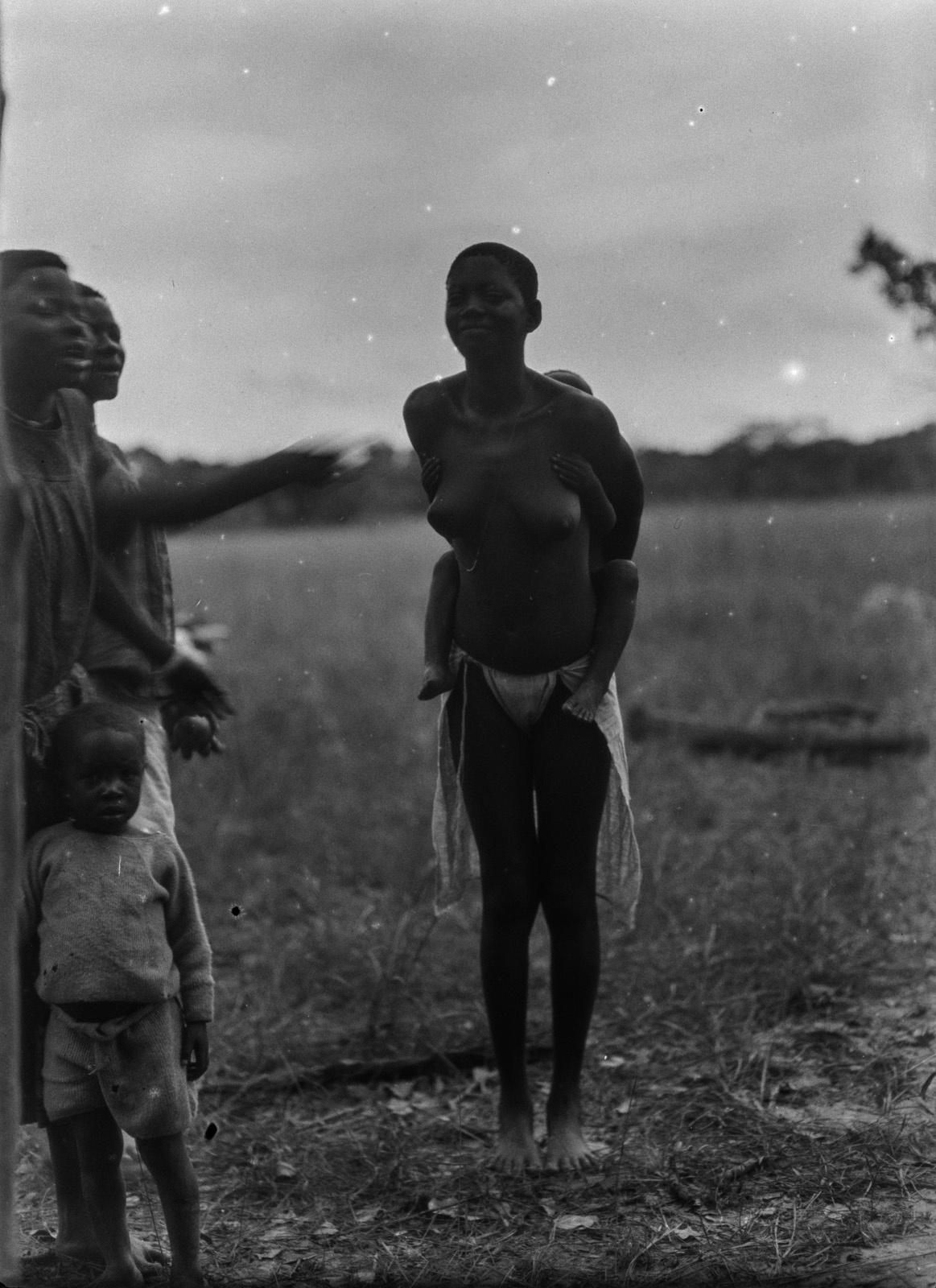 Касемпа. Женщина народности лунда рядом с двумя женщинами из Кальвеноса