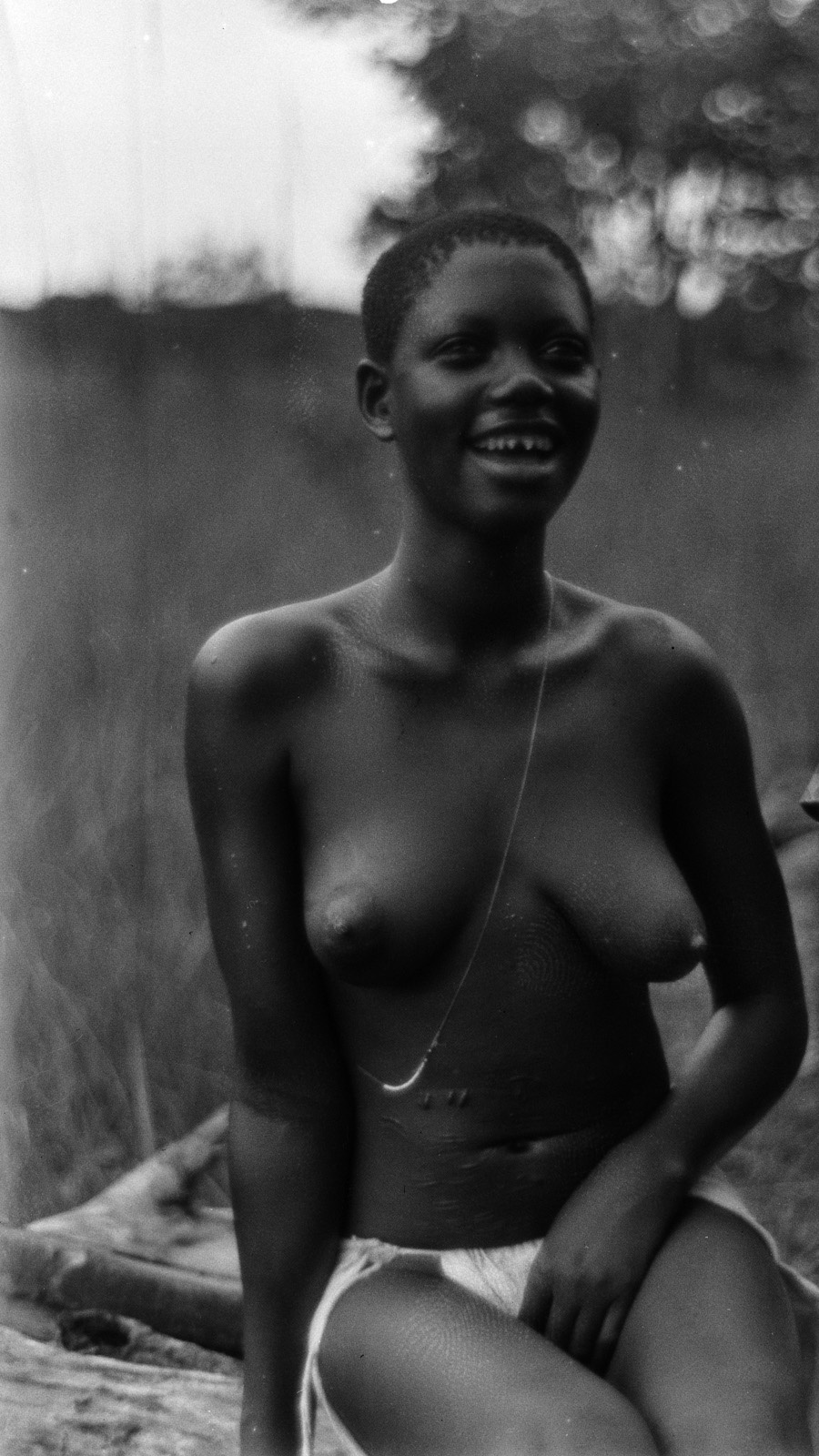 Касемпа. Женщина народности лунда с татуировками. Ее зубы заострены
