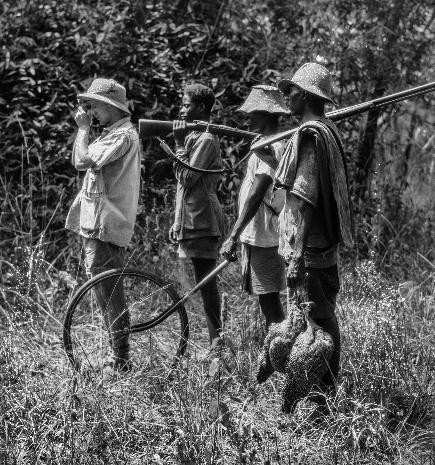К востоку от Капири Мпоши. Эрнст Акерманн и три члена экспедиции