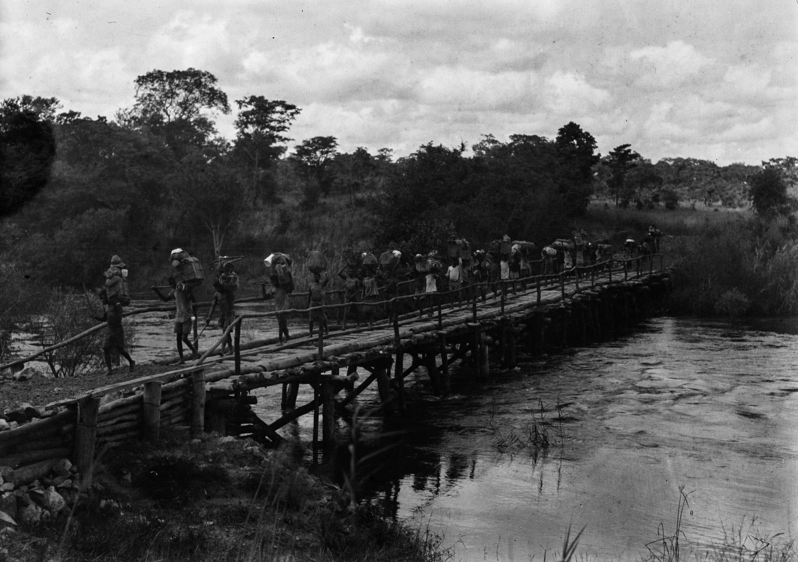 Капири-Мпоши.  Группа пересекает реку Лунсемфва