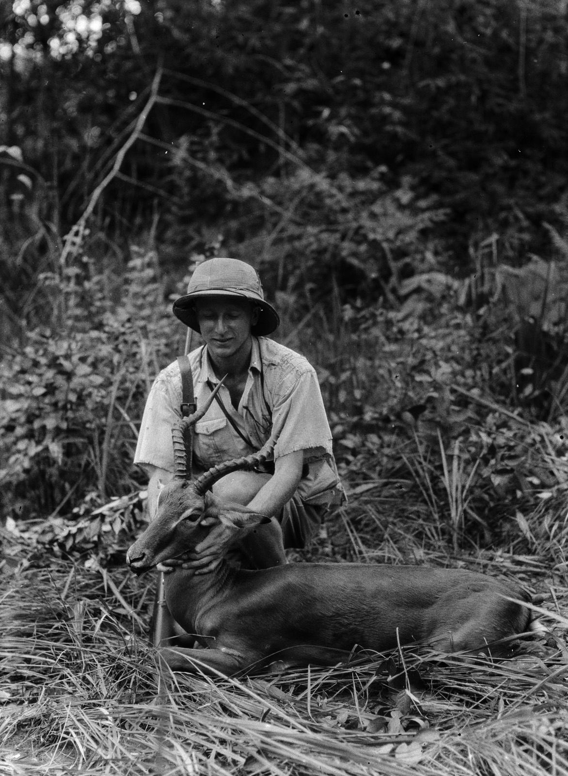 Капири-Мпоши.  Портрет Эрнста Аккермана с убитой антилопой импалой