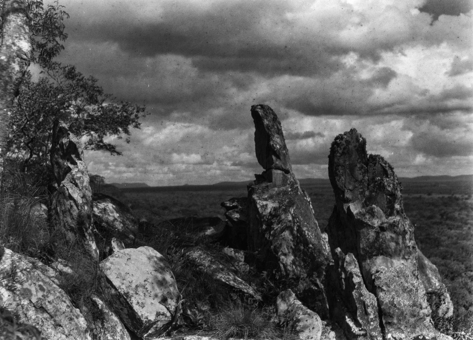 Капири-Мпоши. Скальные иглы из кварцита