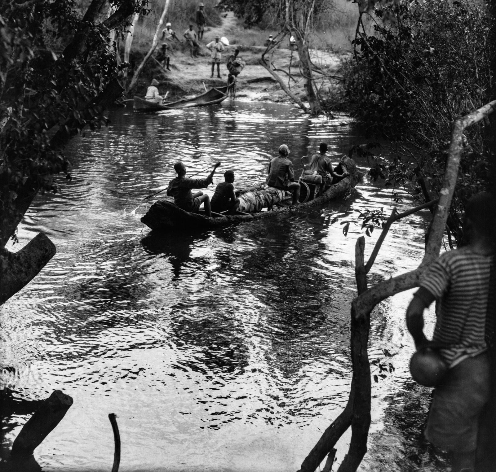 Пересечение реки Лусвиши на лодках