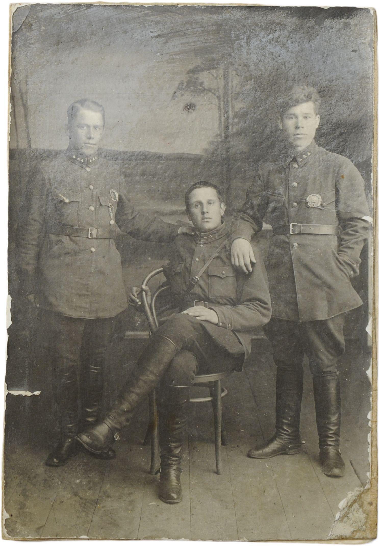 1930-е. Фото командира отделения и двух помощников командира взвода войск ОГПУ