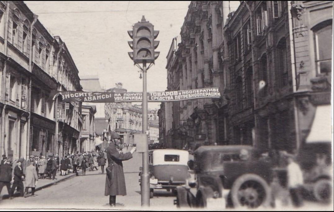 1931. Постовой регулировщик на углу Кузнецкого моста и Петровки.