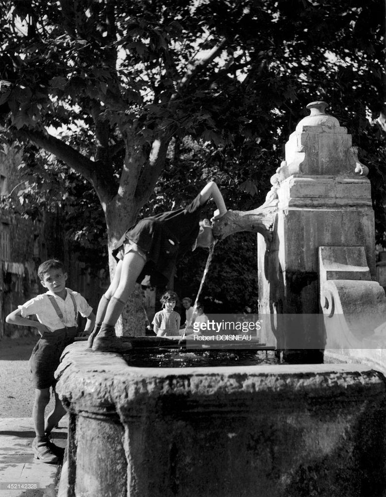 1938. Дети пьют из фонтана