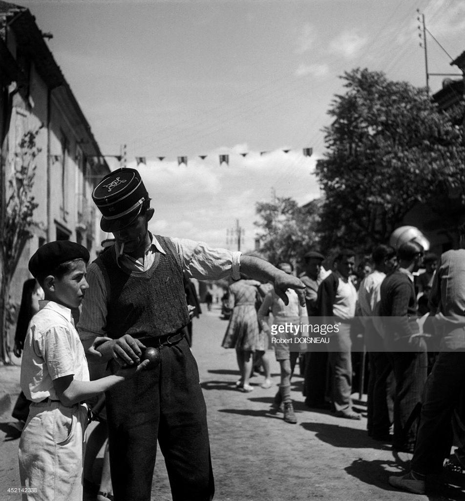1945. Мальчик играет в петанк. Винон-сюр-Вердон