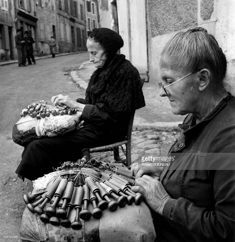 1950. Две женщины, плетущие кружева на улице  в Ле-Пюи-ан-Веле
