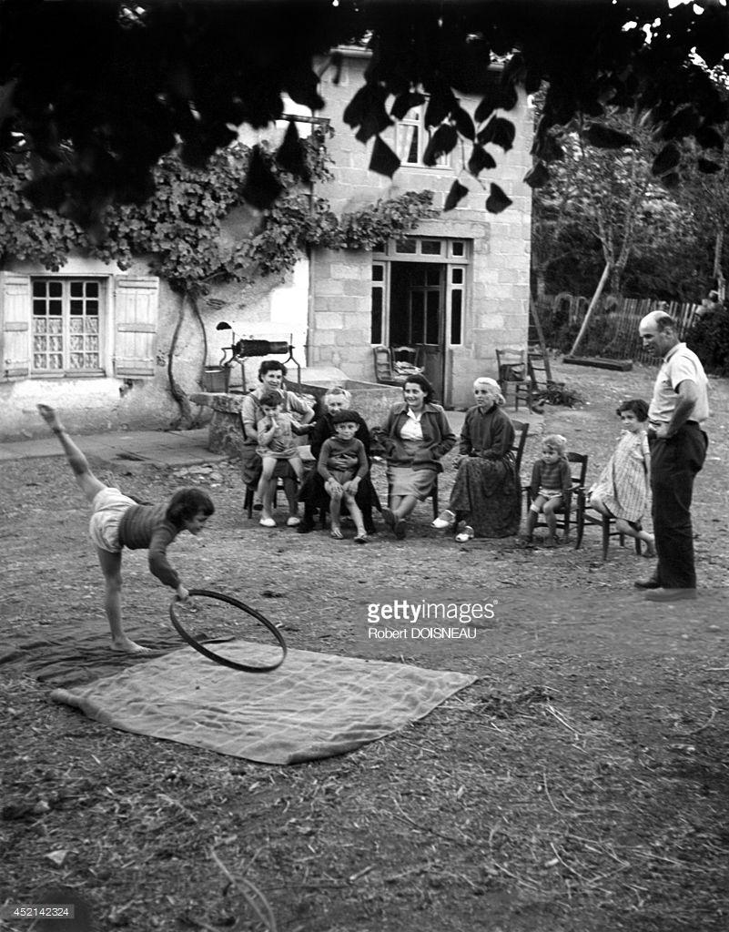 1952. Маленькая девочка, танцующая во дворе фермы, департамент Вьенна