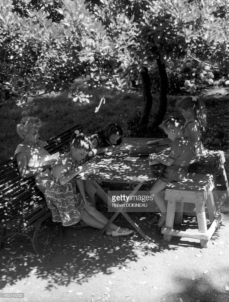 1953. Дети делают домашнее задание во время летних каникул. Жуайёз, Ардеш