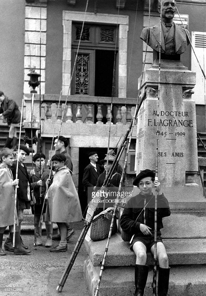 1954. Мальчики готовятся к рыбалке