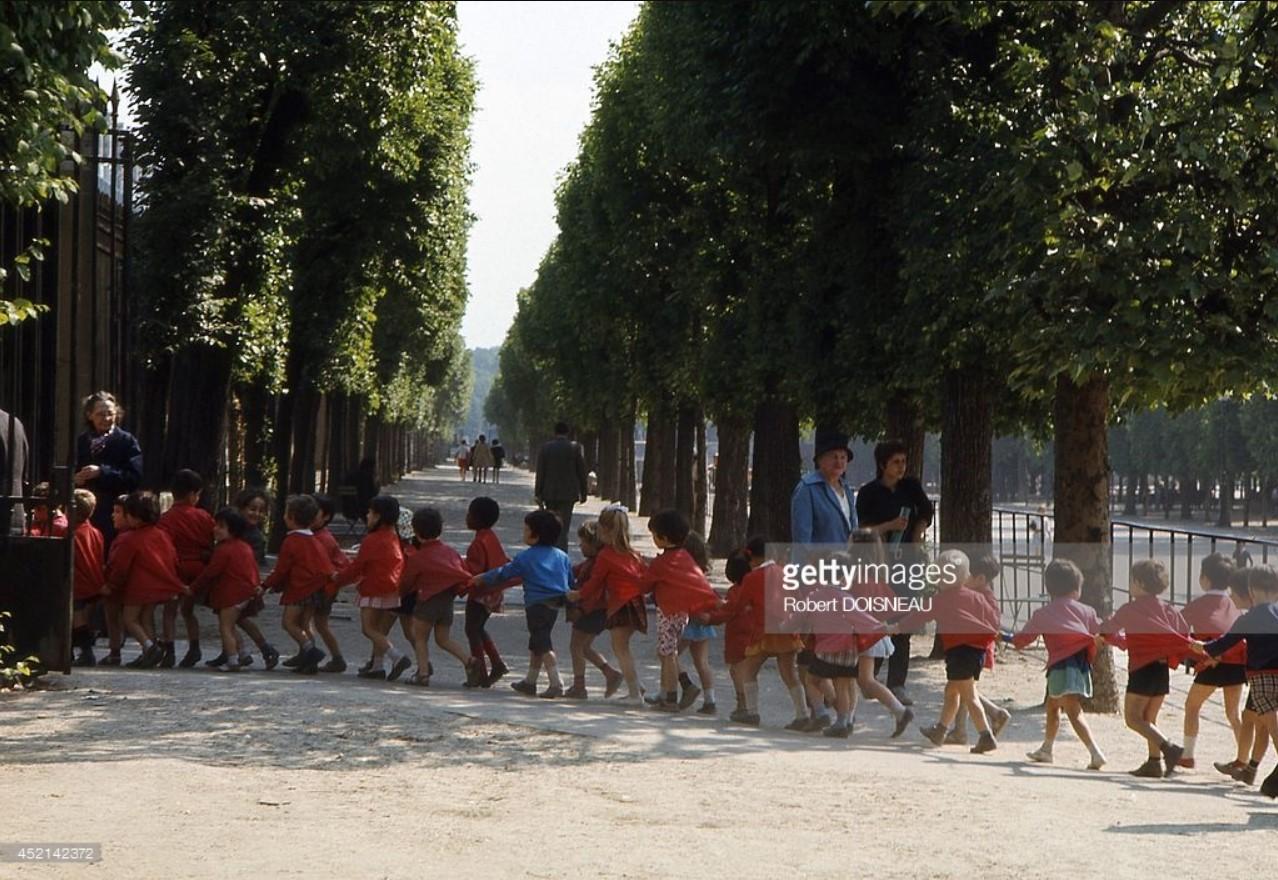 1959. Дети в общественном саду Тюильри
