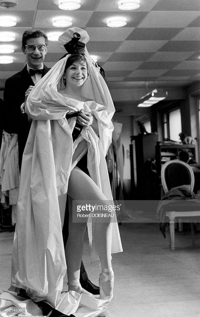 1959. Ив Сен-Лоран и Зизи Жанмайер, примеряющая платье «Кармен»