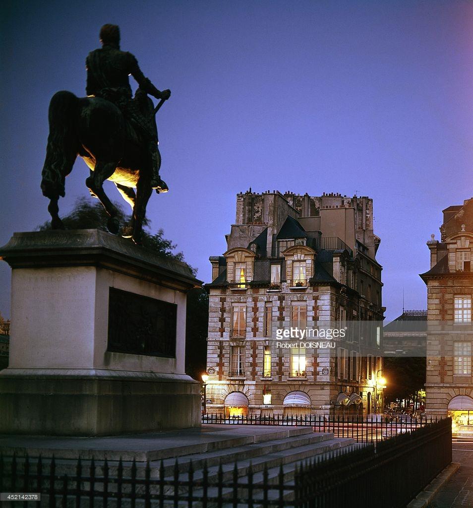 1964. Конная статуя Генриха IV на площади Дофина ночью