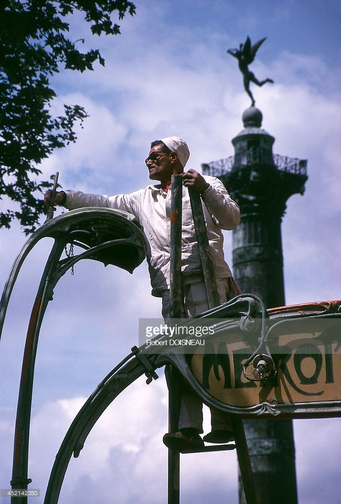 1971. Человек, подкрашивающий знаменитый входной павильон станции метро, работы Эктора Гимара на площади Бастилии