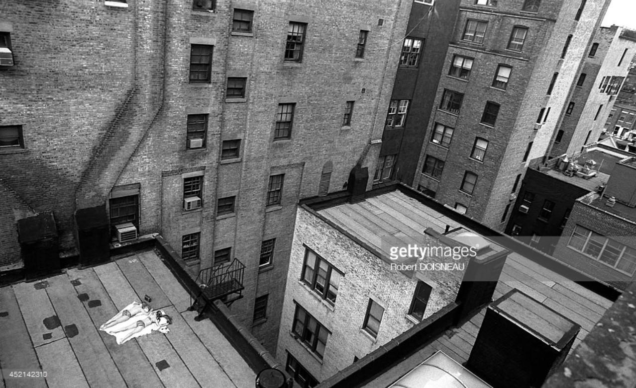 1981. Люди, загорающие на крыше. Вид из мастерской Арнольда Ньюмана 26 апреля. Нью-Йорк.