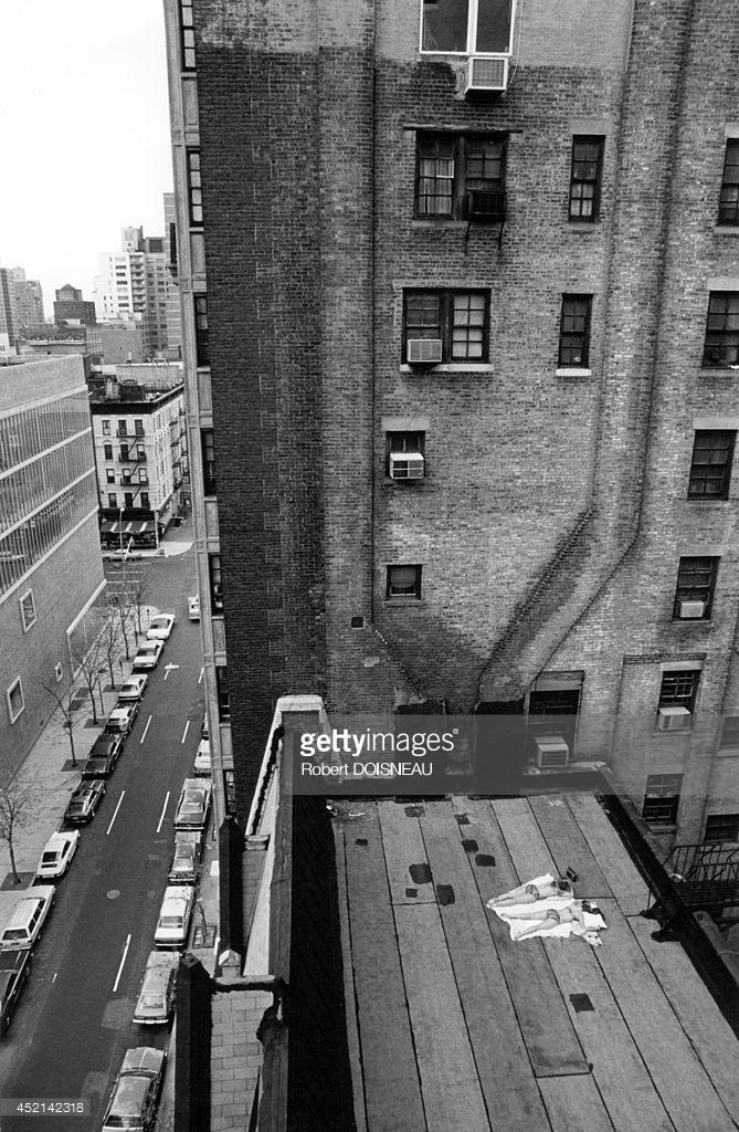 1981. Люди, загорающие на крыше. Вид из мастерской Арнольда Ньюмана 26 апреля. Нью-Йорк