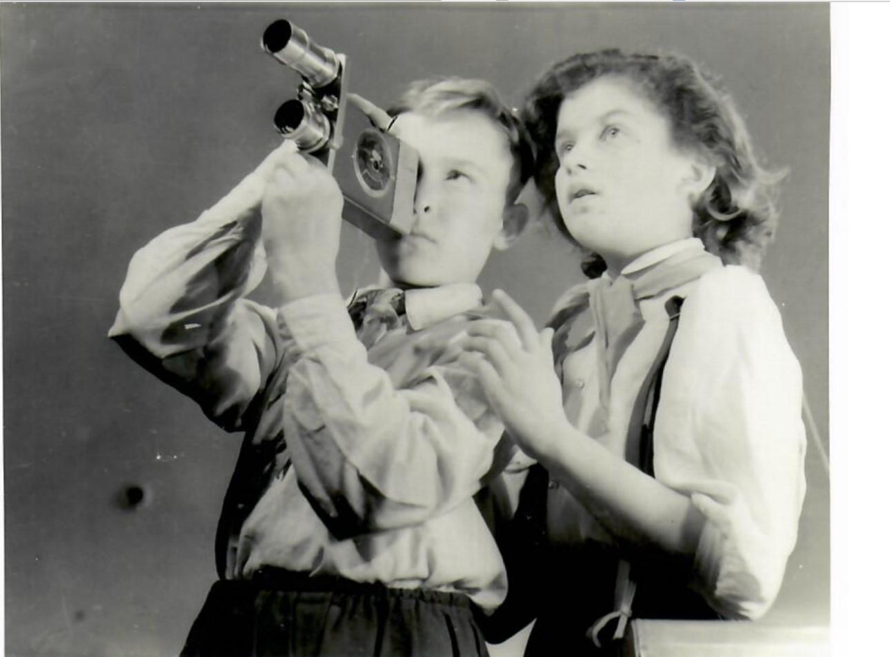 1950-е. Толчан Я.М.  «Пионеры с кинокамерой Киев 16-С2»