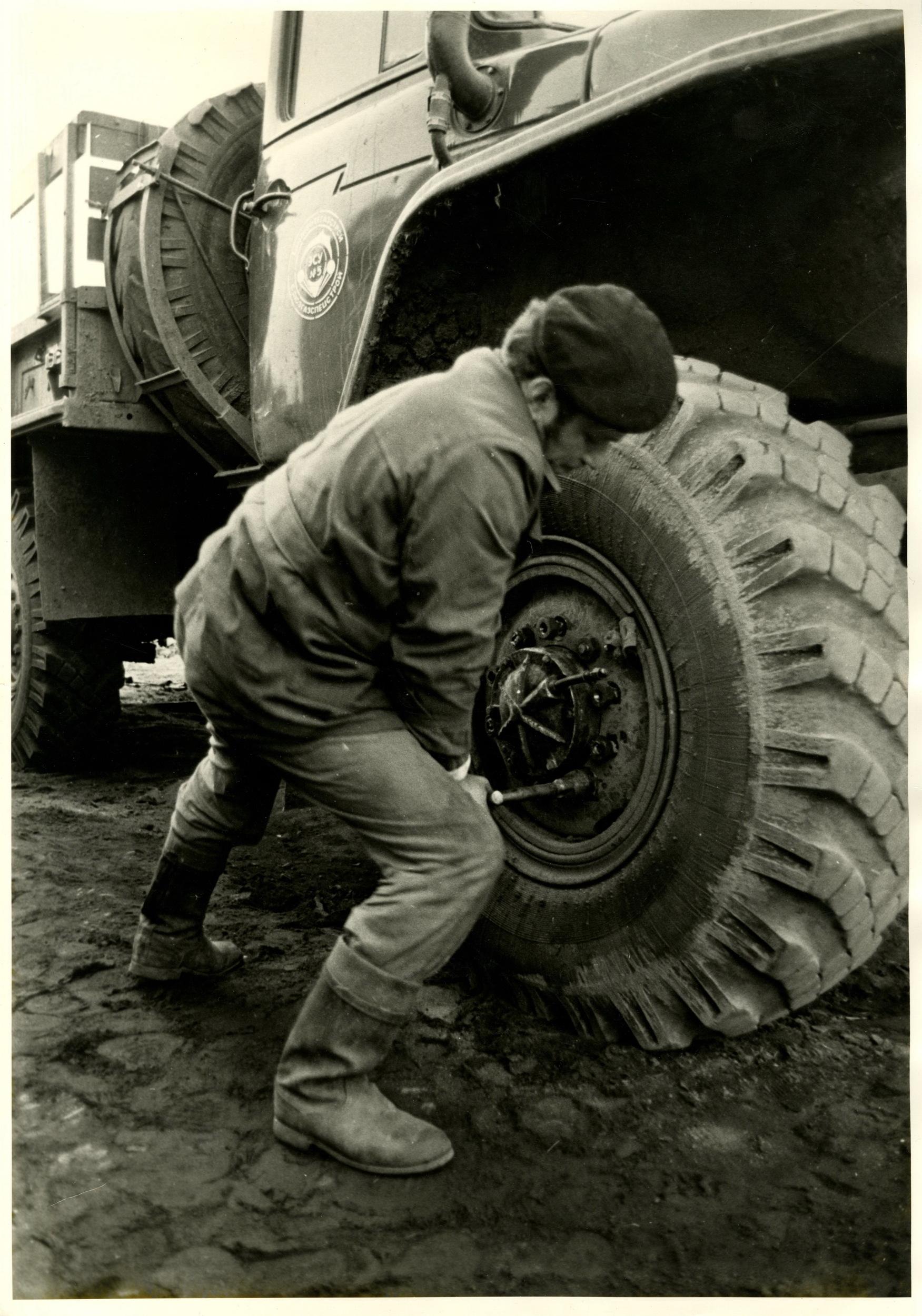 1980-е. Свиридова Н., Воздвиженский Д. «Замена колеса»