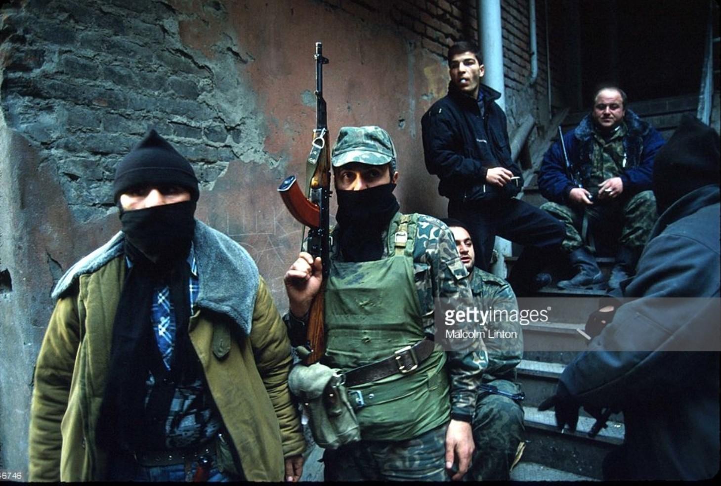 1991. 25 декабря. Тбилиси. Бойцы оппозиции спускаются по лестнице