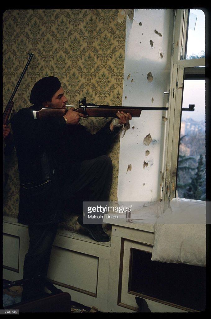 1991. 27 декабря. Тбилиси.  Боец оппозиции во время нападения на здание парламента