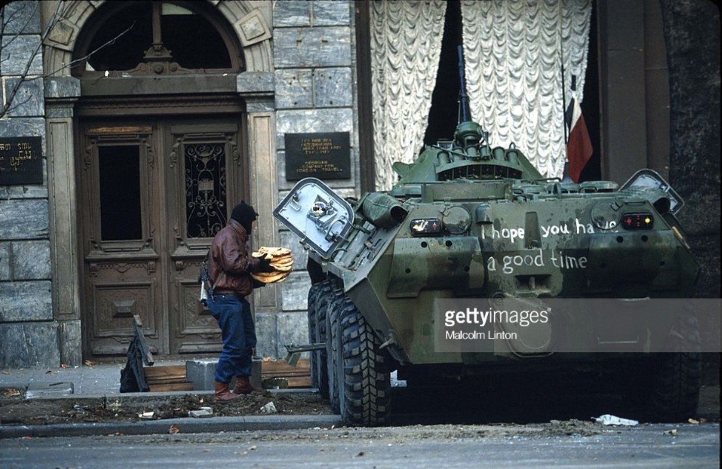 1991. 27 декабря. Тбилиси.  Боец оппозиции стоит рядом с бронированной машиной