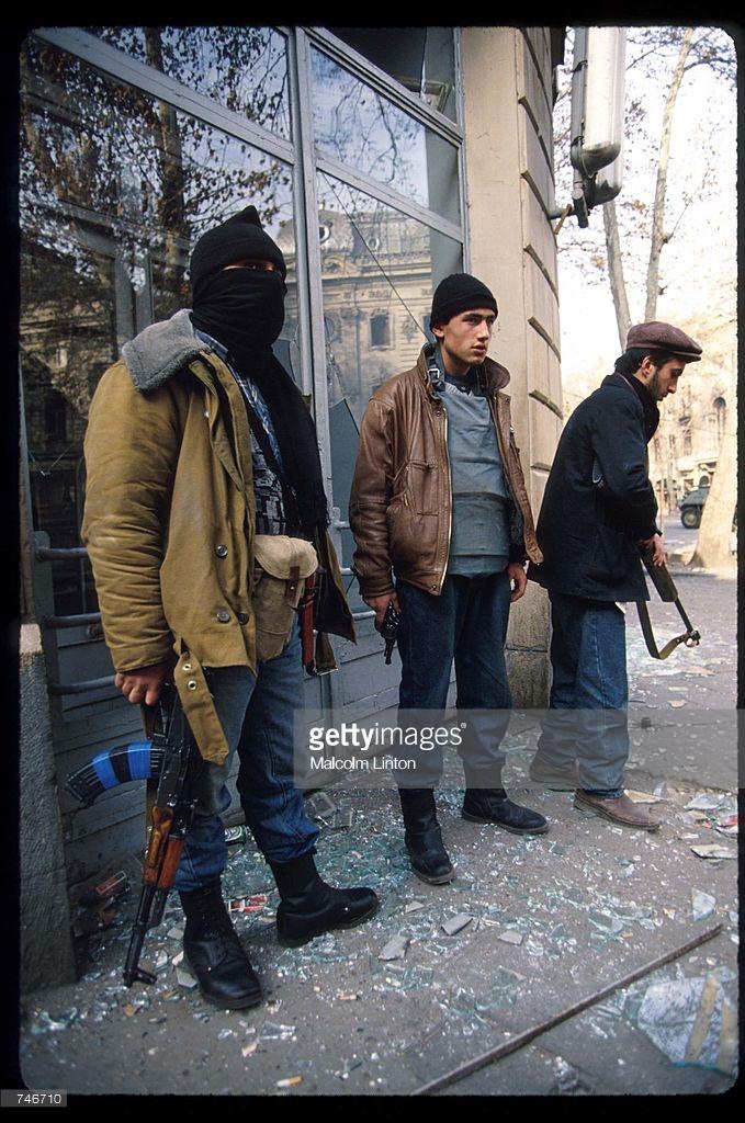 1991. 27 декабря. Тбилиси. Бойцы оппозиции атакуют здание парламента (2)