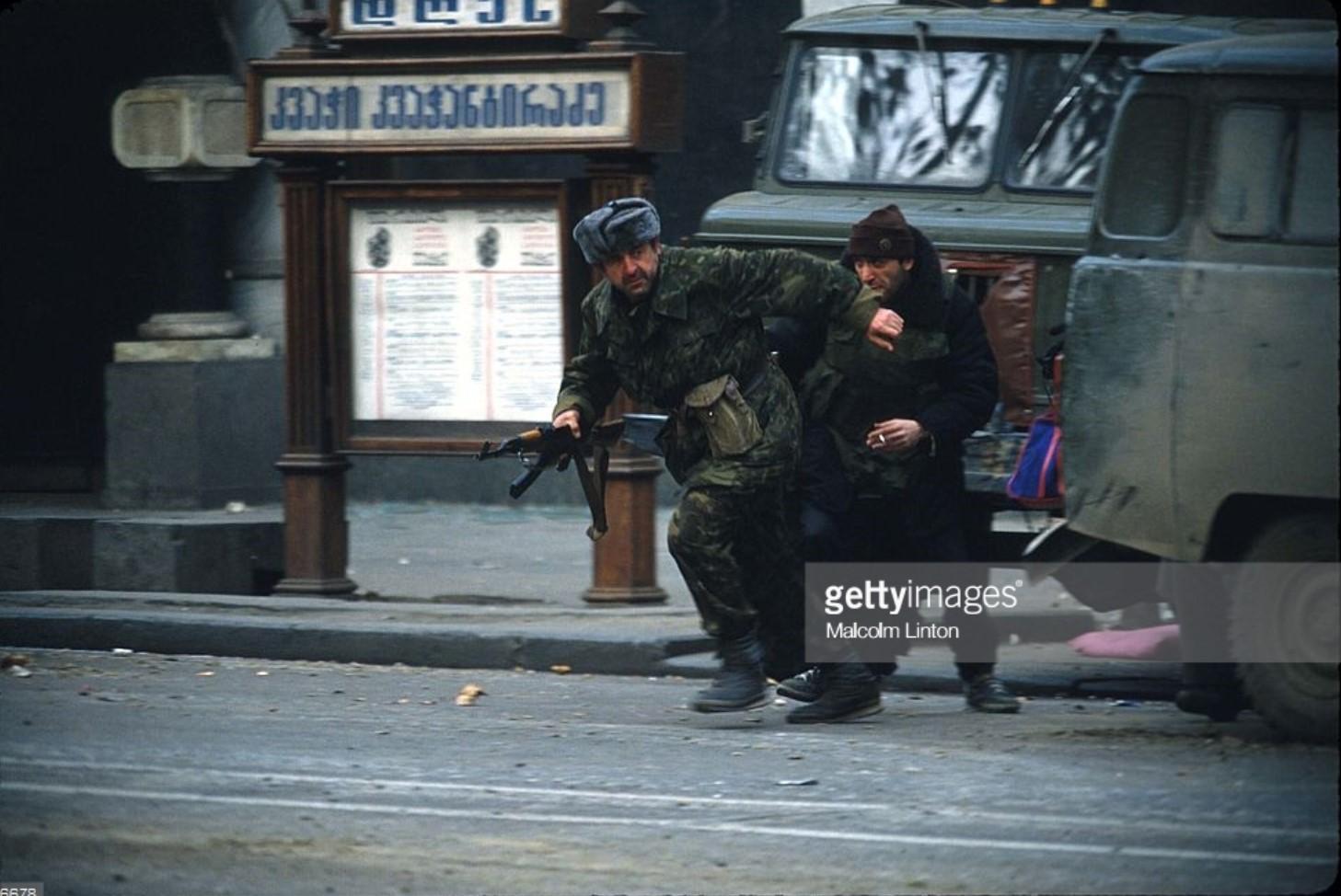 1991. 27 декабря. Тбилиси. Бойцы оппозиции атакуют здание парламента
