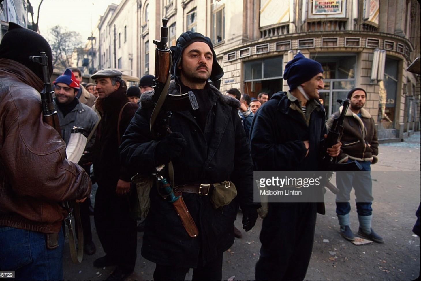 1991. 27 декабря. Тбилиси. Бойцы оппозиции на городской улиц